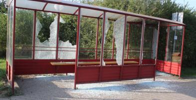 Tak wyglądają autobusowe przystanki po weekendzie! Czy ktoś do nich strzelał?-49459