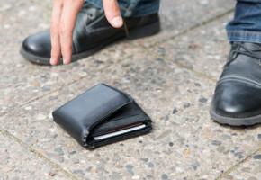 Do końca pozostał uczciwy. Policja szuka właściciela gotówki, którą przyniósł do...-49487