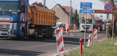 Drogowcy zaczynają układać asfalt. Kto może powinien wybierać inne trasy...-49511
