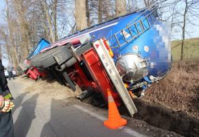 Kierowca ciężarówki wjechał do rowu. Jezdnia okazała się dla niego zbyt wąska-50962