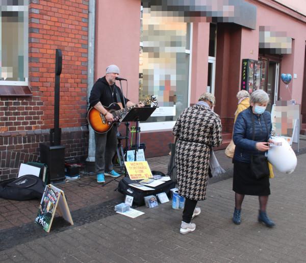 Śpiewa, komponuje, gra na ulicy. Zdradził dlaczego lubi występować...-50964