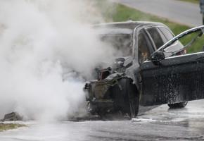 Zapalił się podczas jazdy, a potem spłonął doszczętnie. Warte 40 tys. BMW na złom-51521