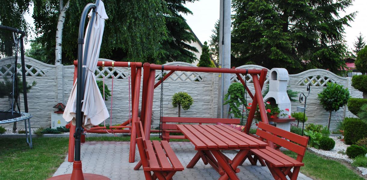 Wygodne meble do ogrodu - plastikowe, drewniane, a może metalowe? Wszystkie mają zalety
