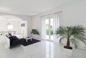 Biel to kolor bardzo teraz modny. Czy jednak warto w domu zamontować białą podłogę?  - 51701