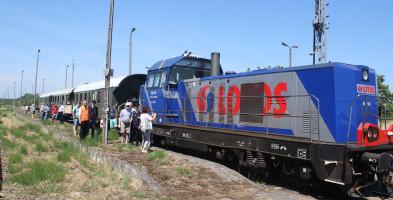 Taki widok to rzadkość... Współczesna lokomotywa przyciągnęła stare wagony-52243