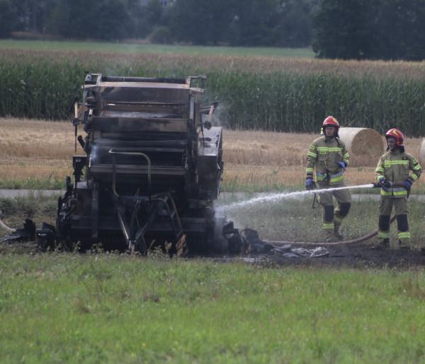 Kolejny pożar podczas żniw. Tym razem całkowicie spłonęła prasa rolująca słomę-52642