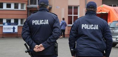 Policjanci będąpełnić stałe służby w rejonie punktów szczepień-52695
