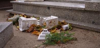 Wiatr nie oszczędzał cmentarzy. Znicze, wazony, kwiaty poprzewracane...-53588