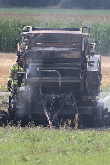 Pożar maszyny rolniczej na polu w Krajewicach-9126