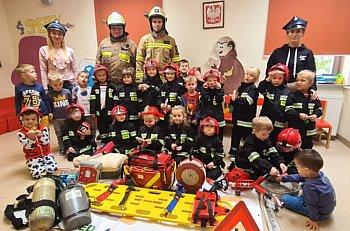 Dzieci poznawały zawód strażaka i uczyły się jak pomagać-9213