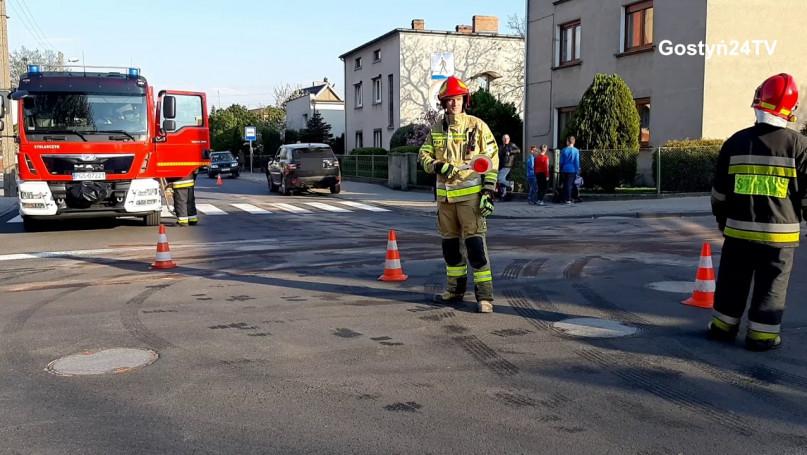 Wypadek na skrzyżowaniu ulic Hutnika i Polna w Gostyniu. jedna osoba poszkodowana