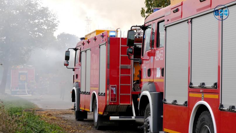 Płonie stodoła ze słomą! Dym widać z daleka. Strażacy wywożą wszystko z budynku i dogaszają