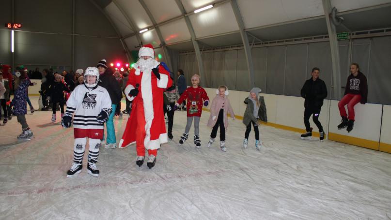 Święty Mikołaj przetestował gostyńskie lodowisko i